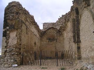 Ruinas del secular castillo en las afueras de Almudévar, desde donde cayó el niño Mariano durante una de sus travesuras. Pareció un milagro que saliera indemne.